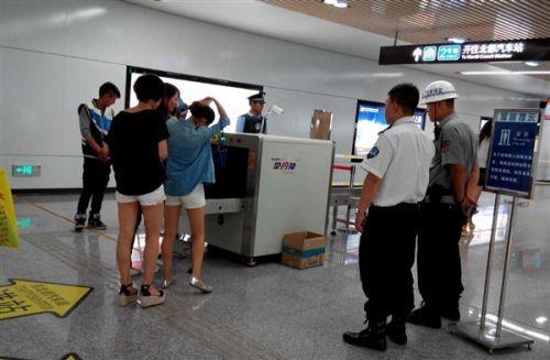 地铁安检查出枪支 子弹多达五十发 安检员暗语疏散乘客